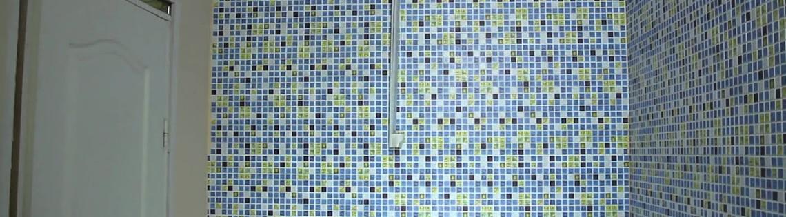 'Как нужно клеить мозаичные ПВХ панели