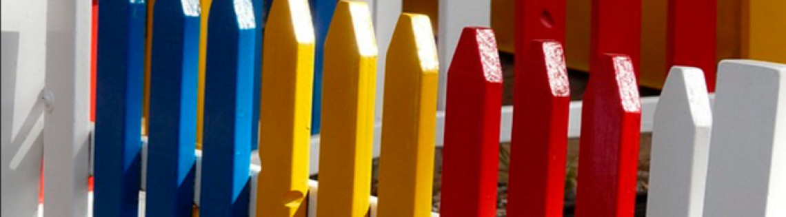 'Как выбрать состав и правильно провести покраску деревянного забора
