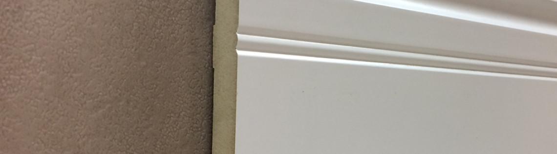 'Как правильно применять белые плинтусы в интерьере помещений