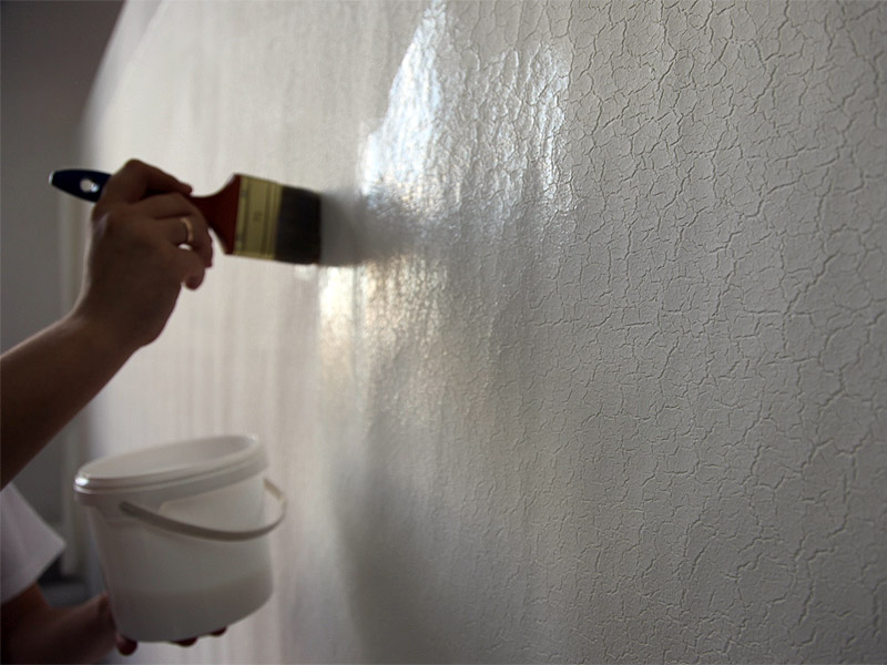 грунтует стену