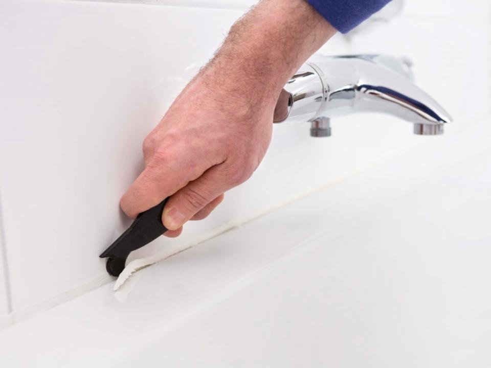Как убрать герметик с ванной