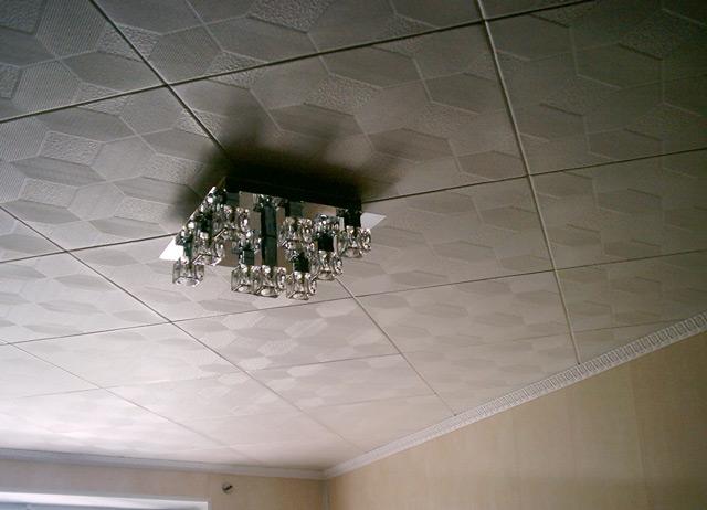 потолок с плиткой и люстра