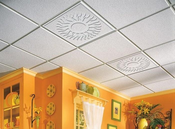 ровный потолок с плиткой