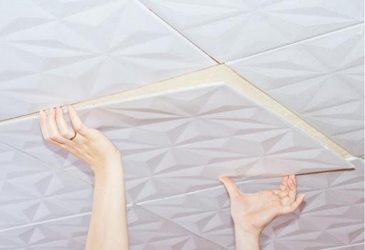 оклеивание плитки на потолок