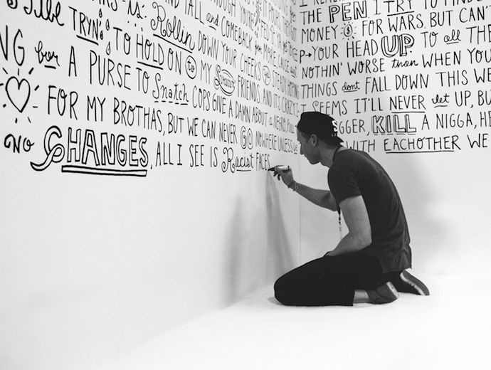 мужчина пишет на стене