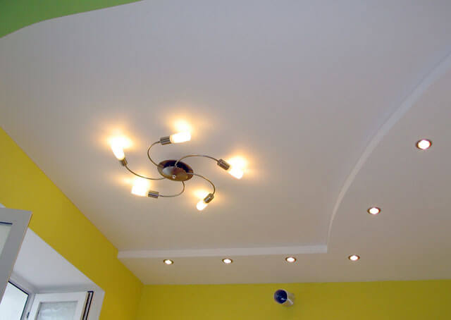 потолок и люстра