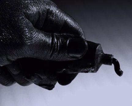 черная краска в руке
