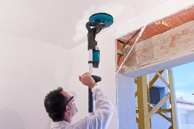 Ошкуривание потолка после шпаклевки