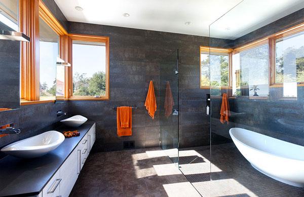 серая ванная с ярким текстилем