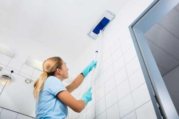 мытье потолка окрашенного водоэмульсионкой