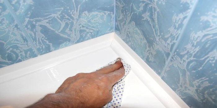 удаление герметика тряпкой