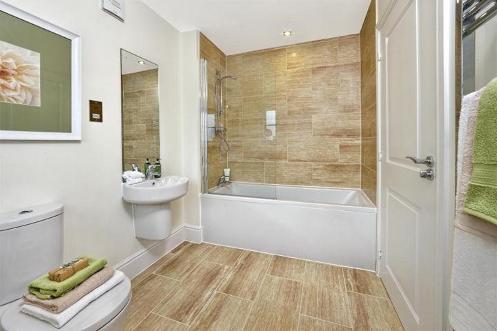 Белая ванная с элементами из дерева