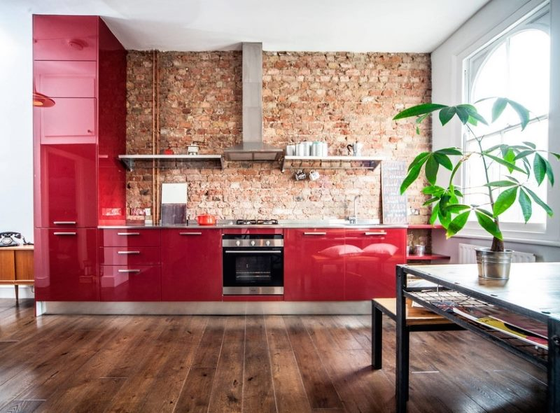 интерьер в красном цвете в стиле лофт