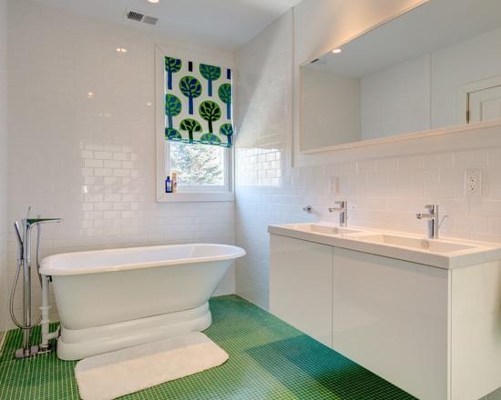 ванная комната в бело-зеленых цветах
