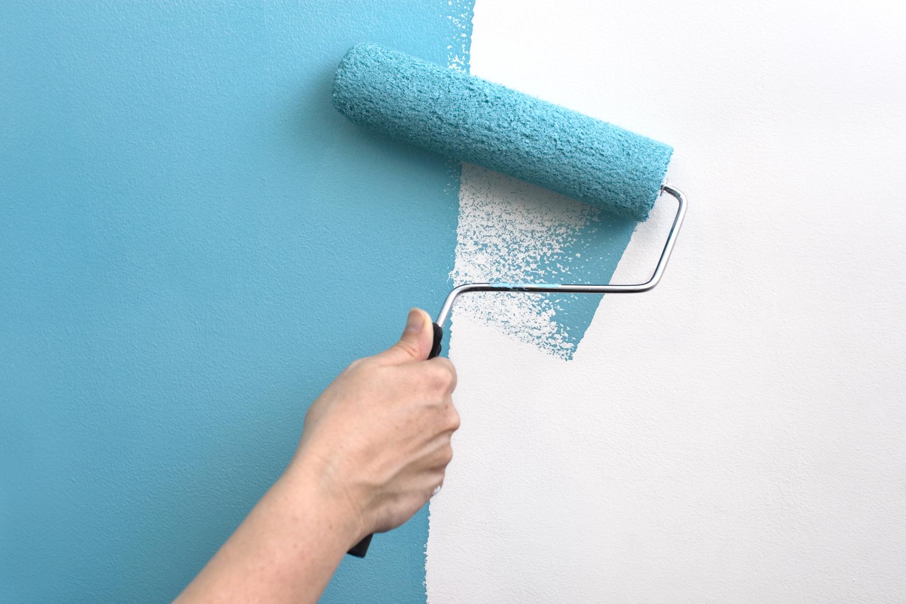 окрашивание стен синей краской