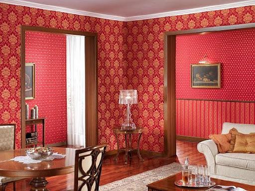 красные обои в комнате