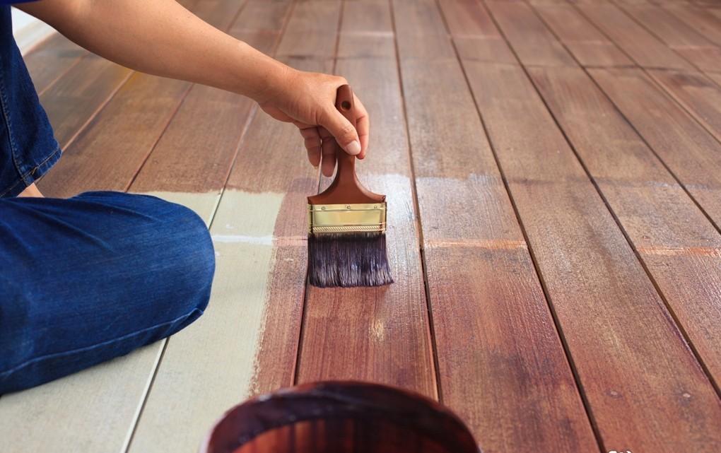 обработка деревянного пола защитным средством