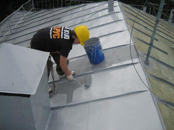 окрашивание крыши из оцинкованного металла