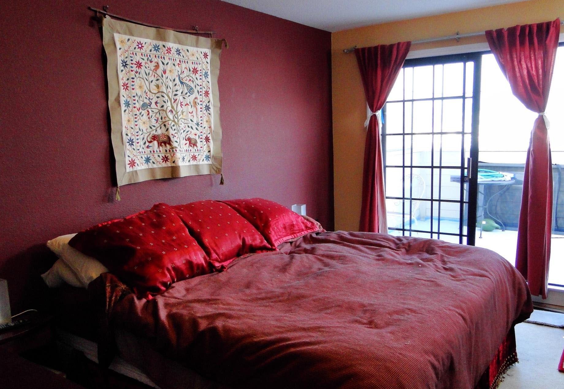 бордовый интерьер спальня