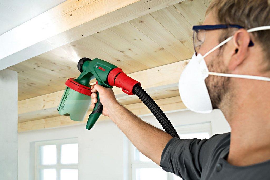 окрашивание потолка краскопультом