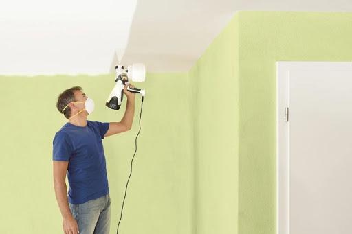 покраска краскопультом потолка