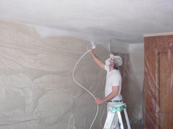 побелка потолка краскопультом