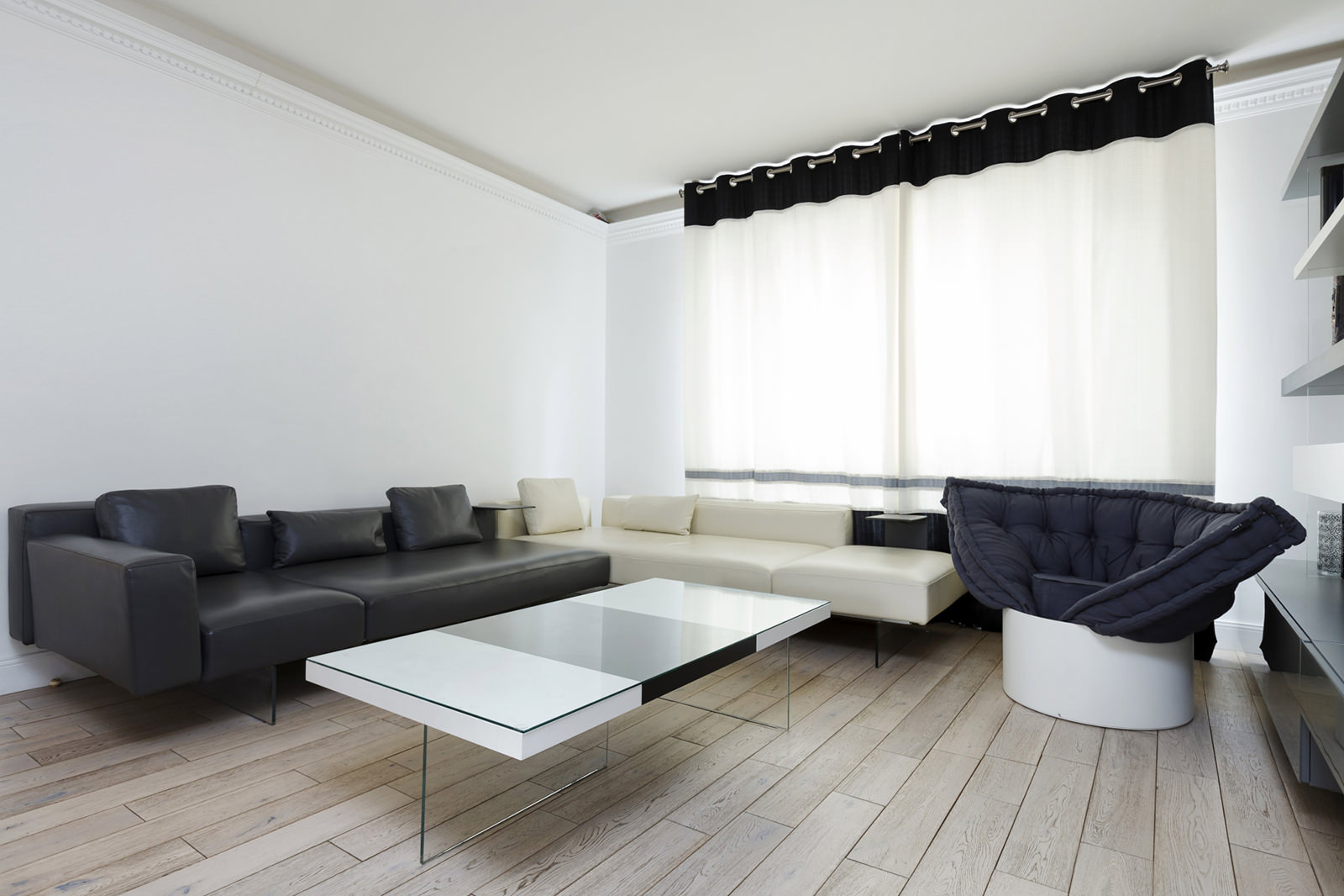 Интерьер гостиной в черно-белых тонах: