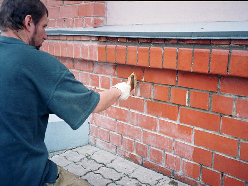 обработка кирпичной стены лаком