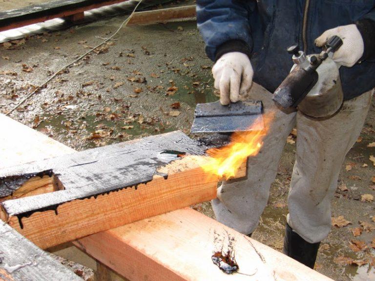 Использование газовой горелки для пропитки древесины мастикой