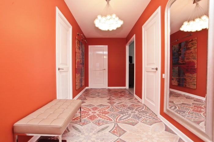 оранжевый в интерьере прихожей