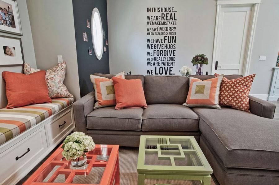 персиковые подушки в интерьере