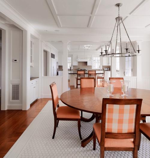 персиковые стулья в интерьере